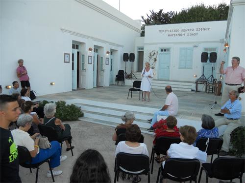 Η Πρόεδρος του Συνδέσμου κ. Μαρία Κωνσταντινίδη καλωσορίζει τους συμμετέχοντες και το κοινό