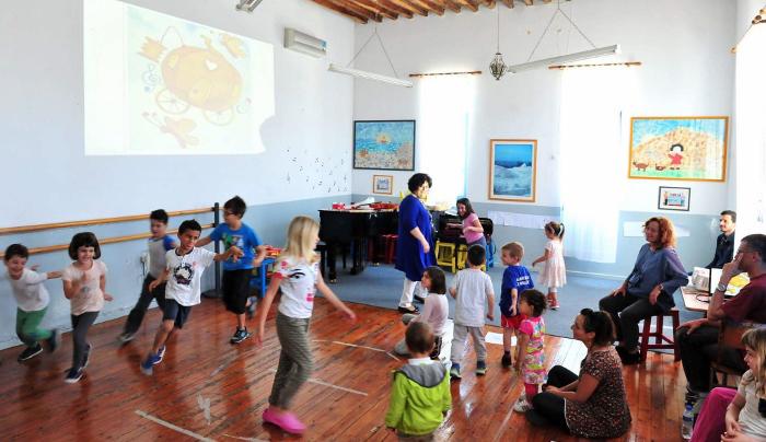 «Κόκκινη κλωστή... τραγουδά ένα βιολί»: η Μαριβίτα Γραμματικάκη στη Σίφνο